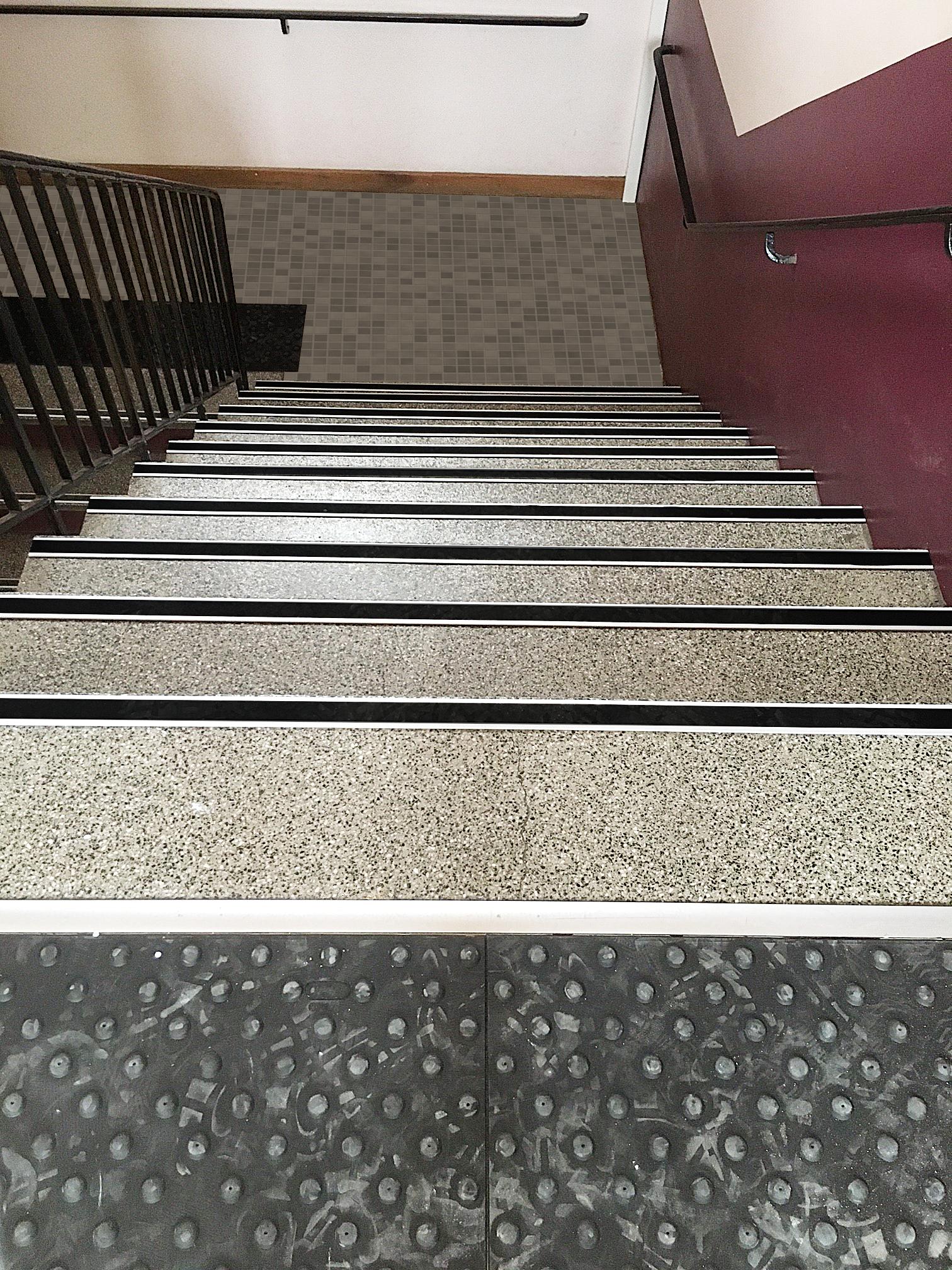 Les escaliers doivent être équipés de nez de marche, de contremarche et annoncé par un revêtement podotactile.