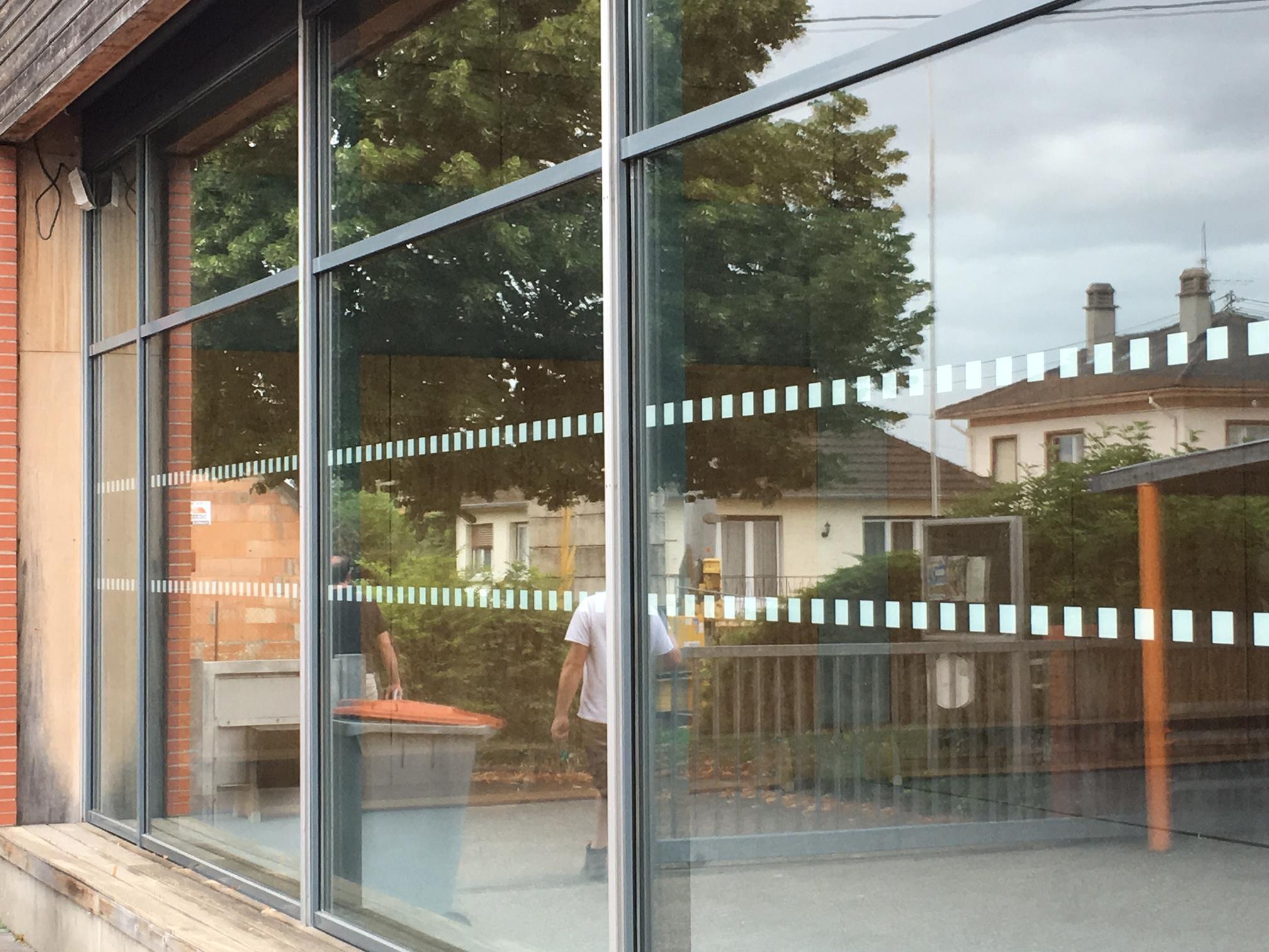 Les vitres ont été sécurisé a l'aide de bandes adhésives contrastées.