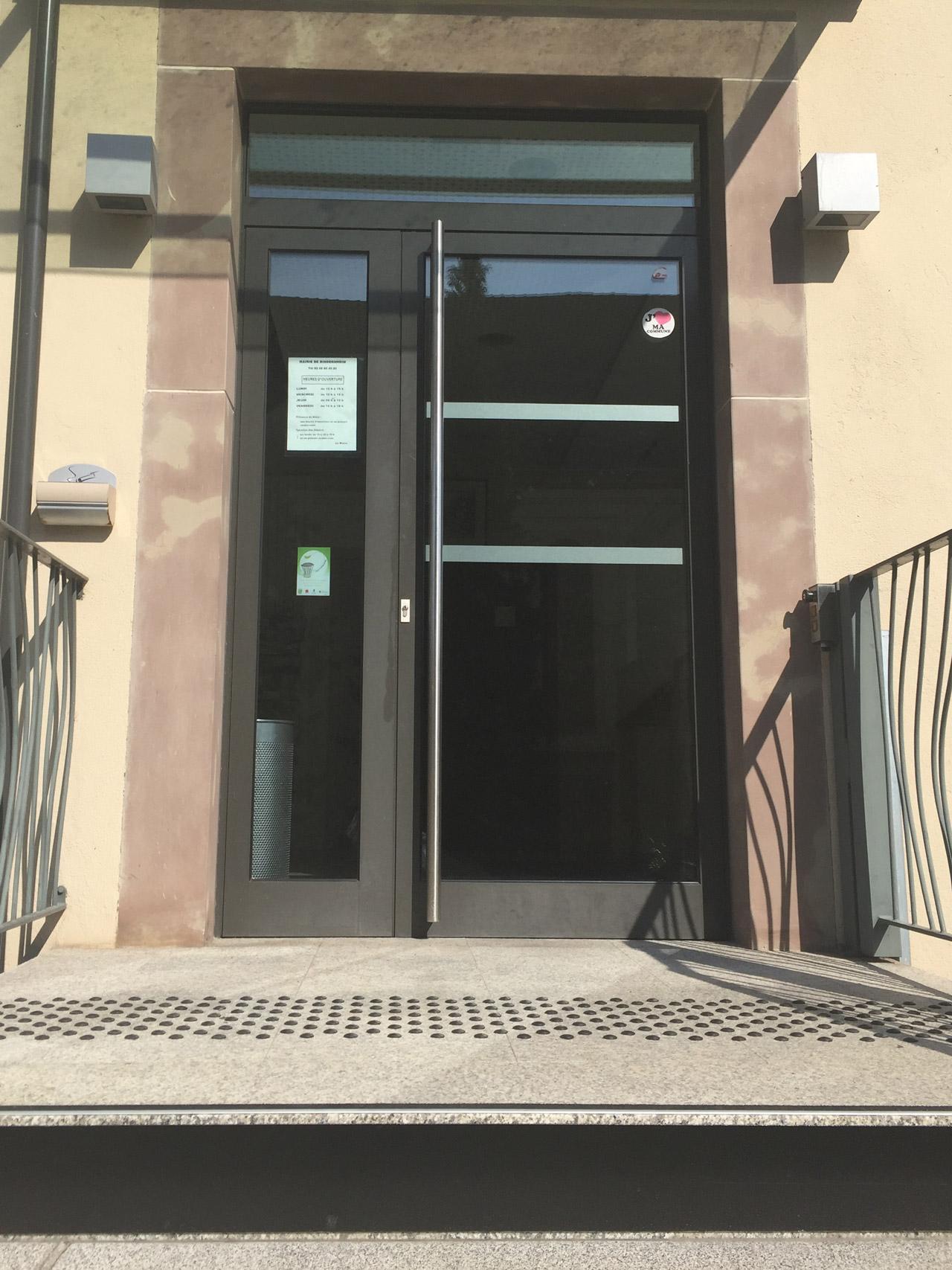 Adhésif de sécurité vitrage collé sur une porte vitrée