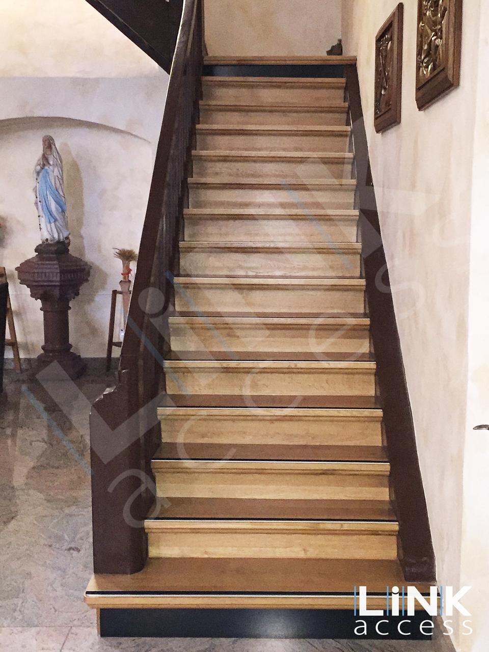 Escalier en bois avec ses contremarches contrastées aux normes.