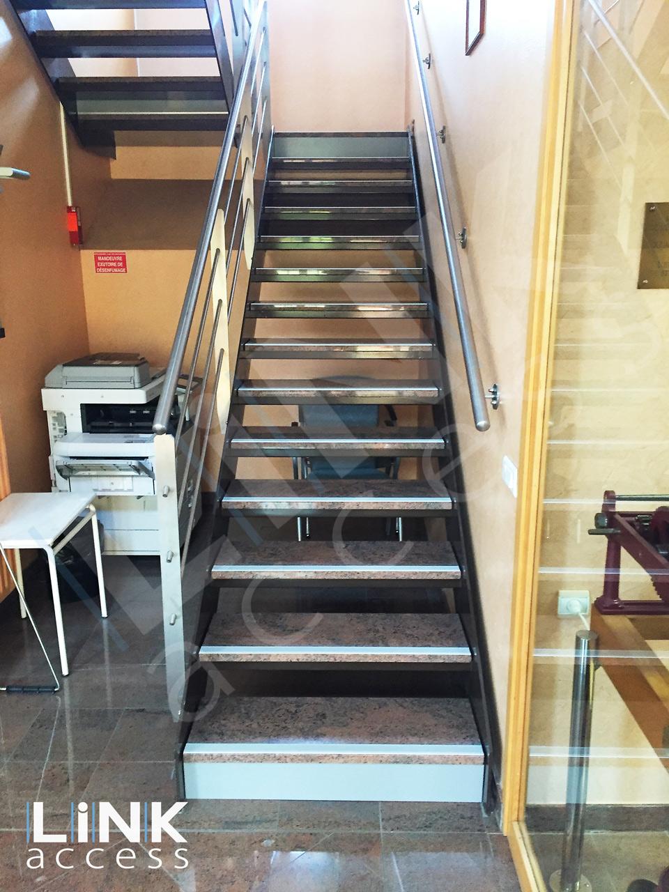 Contremarches contrastées obligatoire pour les escalier et marche dans les erp.