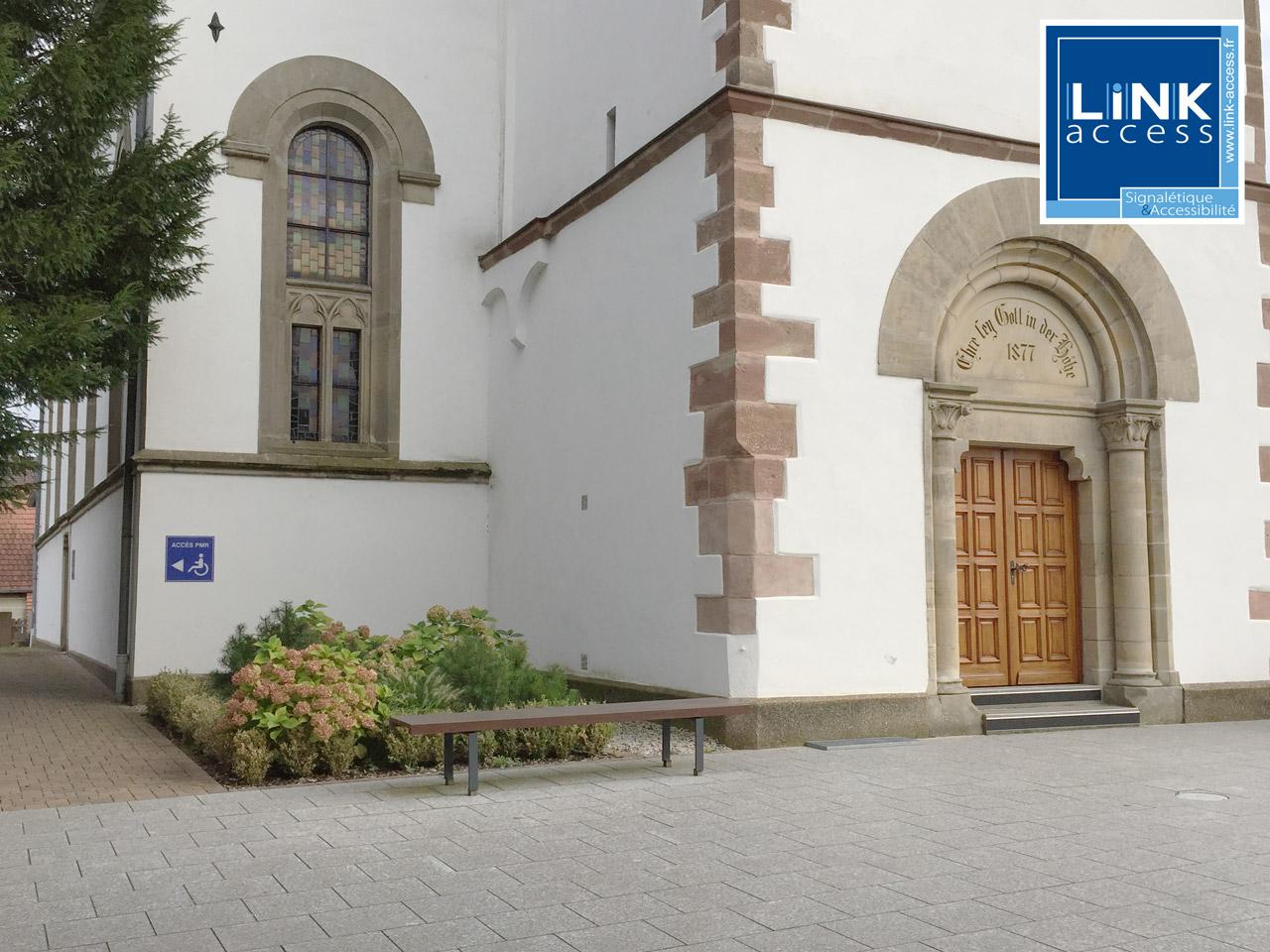 Mise en accessibilité des églises de Lampertheim avec la pose de signalétiques PMR et de bandes podotactiles.