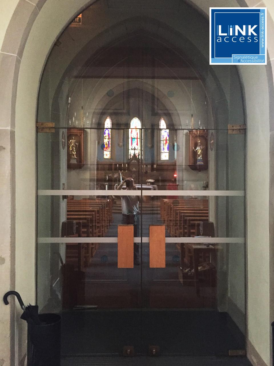 Adhésifs de sécurité vitrage installé par Link-Access dans les travaux de mise en accessibilité de l'église.