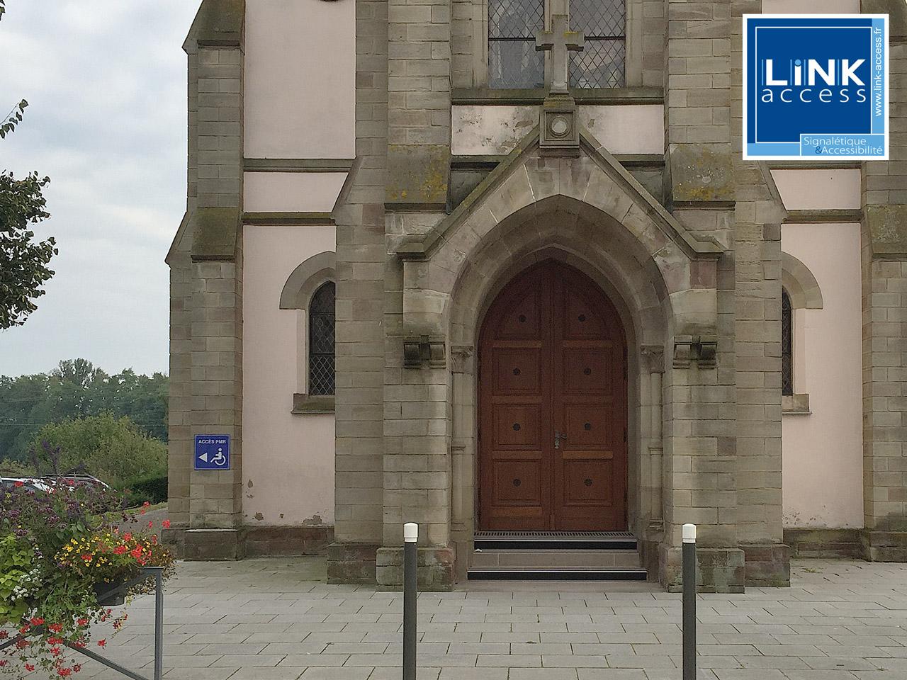 Mise en accessibilité des églises de Lampertheim avec la pose de panneaux et fournitures PMR.
