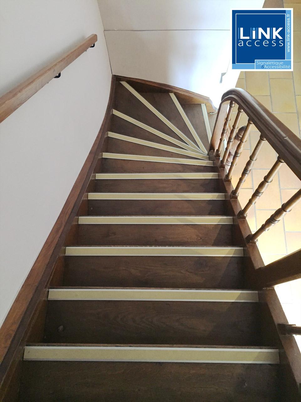 Nez de marche contrastés antidérapants sur escaliers en bois posé par Link-Access à lampertheim.