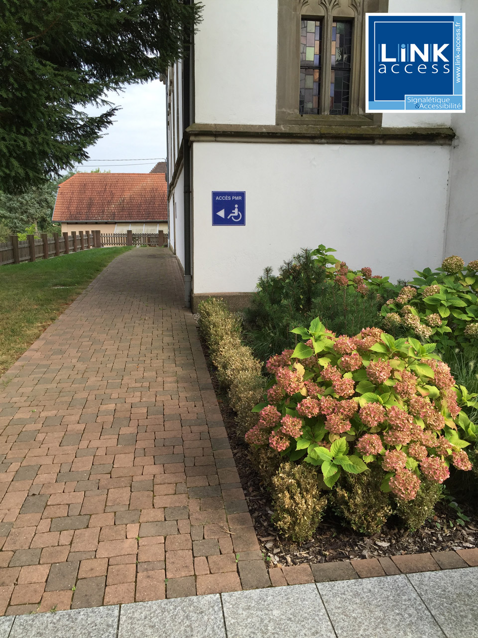 Panneau directionnel d'accès PMR réalisé par Link-Access pour l'église de Lampertheim.